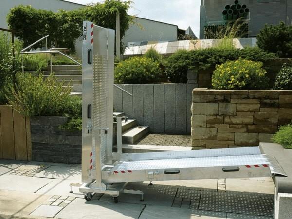 Die klappbare Rollstuhlrampe AOL-RM ist speziell konzipiert wenn Treppen oder größere Höhendifferenzen überbrückt werden sollen.