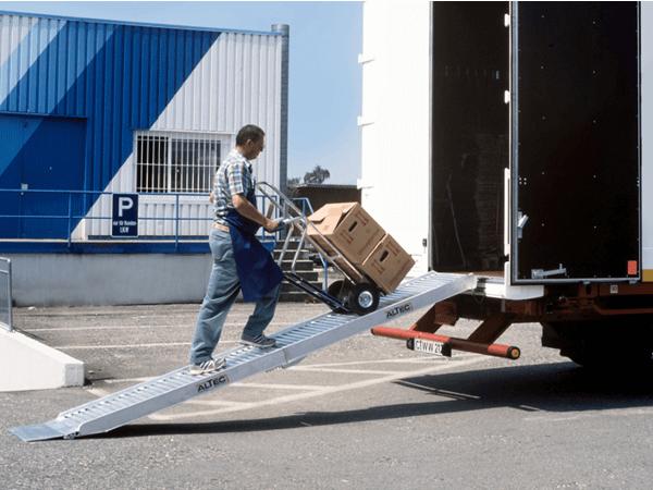 Mithilfe der Rampe AVS 110 können schwere Lasten problemlos verladen werden.