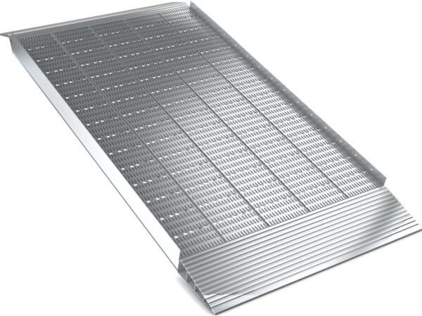 Die 1000 mm breite Auffahrrampe sorgt fuer ein sicheres Be- und Entladen von schweren Waren.