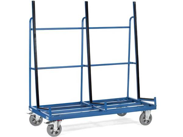 Der Plattenwagen ist an den Anlagestellen mit Profilgummi ausgestattet und kann insgesamt Lasten bis 1.200 kg tragen.