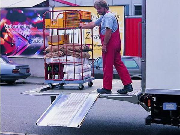 Die Rampe aus Aluminium dient dem schnellen Be- und Entladen von Fahrzeugen mit Ladebordwand.
