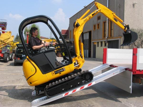 Kleinere Bagger und sonstige Baufahrzeuge können mithilfe der M100 Auffahrschienen problemlos verladen werden.