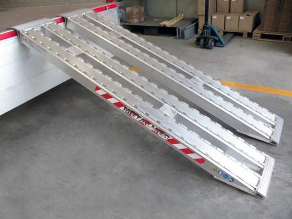 Mithilfe der XXL-Auffahrschienen lassen sich schwere Baumaschinen sicher verladen.