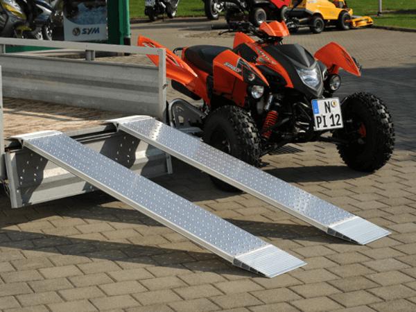 Die AOH Auffahrrampe ist für kleinere Lasten (kleine Baumaschinen oder Motorräder) geeignet.