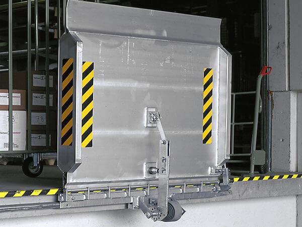 Die SKB-SL Überladebrücke mit Federausgleich optimiert den Warenverkehr zwischen Rampe und Fahrzeug.