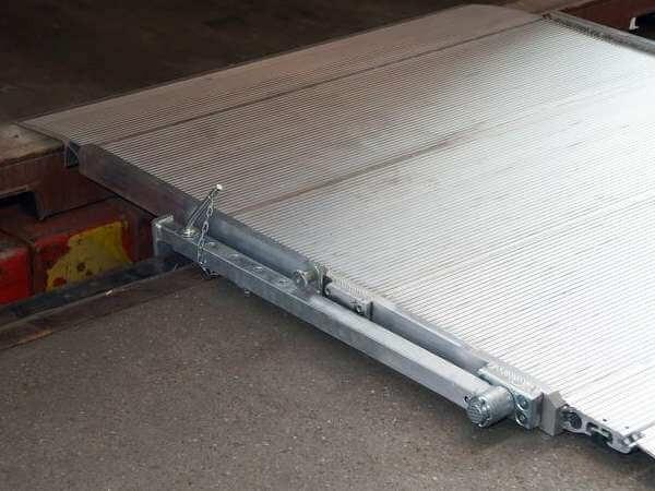 Zur Absicherung der HF Verladerampe dienen die optional erhältlichen Sicherungsarme.