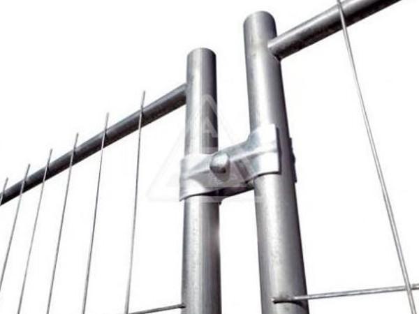 Die praktische Verbindungsschelle ermöglicht das Zusammensetzen von zwei mobilen Zäunen.