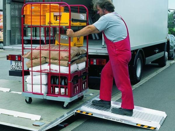 Die einhängbare Ladebordwandrampe eignet sich perfekt um schwere Lasten sicher und schnell zu verladen.
