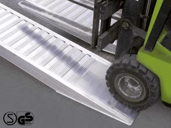 Die AVSV Auffahrschienen sind speziell konzipiert für das Verladen von Fahrzeugen mit Vollgummibereifung. Schwere Stapler oder Arbeitsbühnen können somit einfach von A nach B verladen werden.