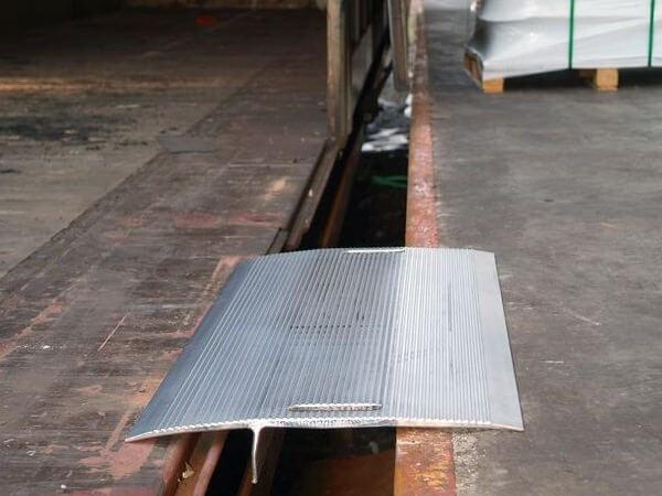 Mithilfe der Überfahrbrücke HFB können kleinere Höhendifferenzen zwischen Fahrzeug und Rampe problemlos überwunden werden.