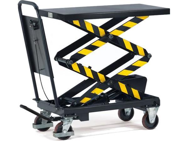 Der Hubtischwagen mit Doppelscherenfunktion kann Lasten auf bis zu 1.585 mm heben.