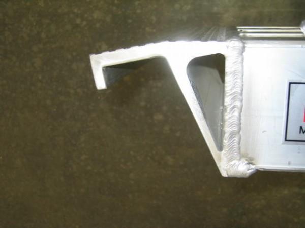 Der stirnseitige Haken am Auflager ermöglicht ein Einhängen der Rampe.