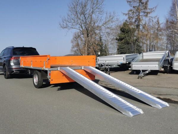 Mithilfe der AVS 110 Auffahrrampen können schwere Lasten auf Anhaenger verladen werden.