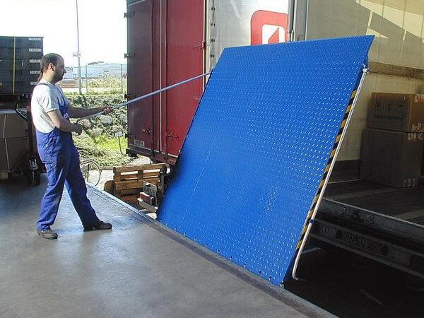 Mithilfe der Überladebrücke FBS lassen sich sehr schwere Lasten problemlos verladen.
