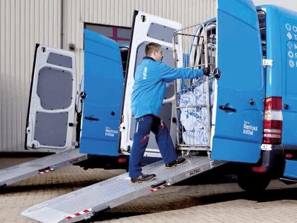 Einbaurampe zum sicheren Verladen von schweren Transportwagen.