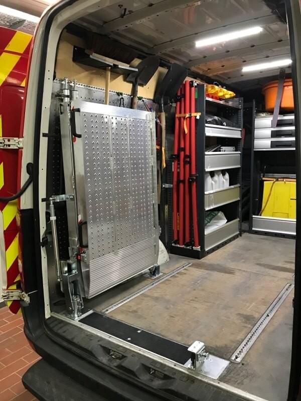 Schwenkbare Einbaurampe für Fahrzeuge - praktische und platzsparende Laderampe.
