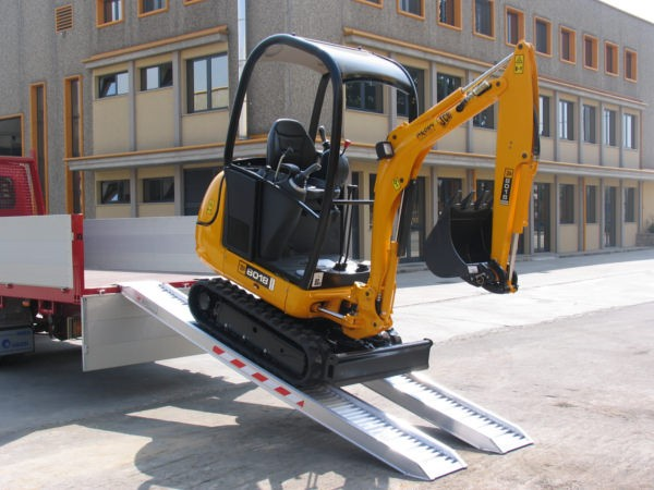Kleinere Baumaschinen können Sie problemlos von Fahrzeugen oder Anhänger abladen - die Verladeschienen einfach an die Ladezone legen und fertig.