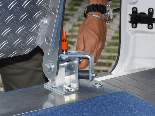 Einbausatz zum Einsatz einer Einbaurampe in mehreren Fahrzeugen.