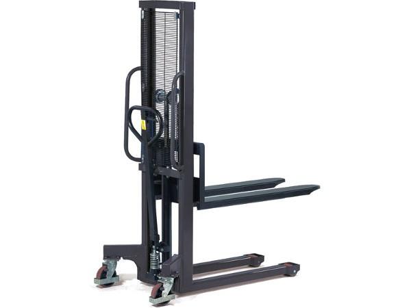 Der robuste Hydraulikstapler kann Lasten bis 1000 kg heben.
