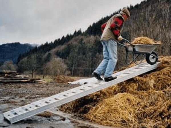 Mithilfe der Mistgangway Auffahrrampe können Sie problemlos schwere Lasten transportieren. Dank der Sprossen lässt sich die Auffahrrampe sehr einfach reinigen.