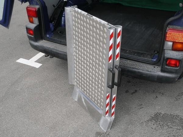 Die klappbare Rampe lässt sich kinderleicht zusammenklappen und nimmt daher nicht viel Platz weg.