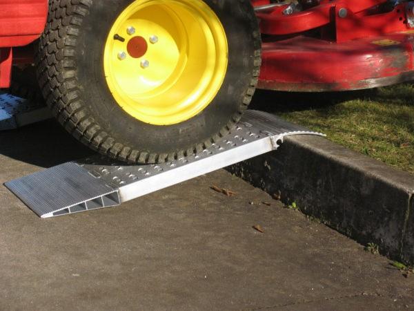 Mithilfe der Bordsteinrampe können Fahrzeuge schadensfrei über Bordsteine befördert werden.