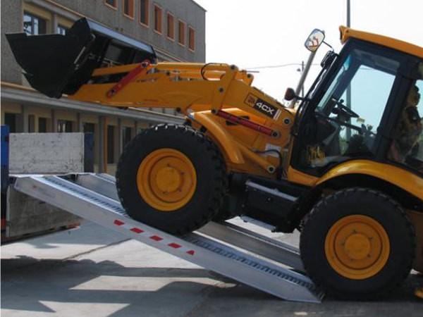 Mithilfe der Schwerlastrampen M200 können schwere Baumaschinen verladen werden.