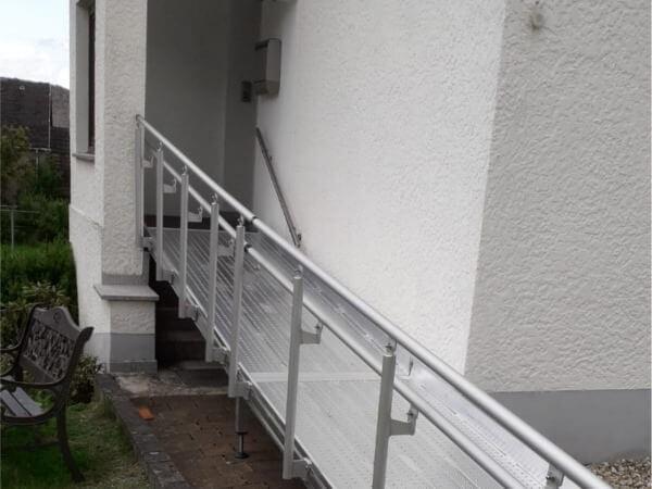 Dieses Geländer ist speziell für die AOL-R Rollstuhlrampe von Altec geeignet.