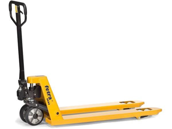 Der praktische Gabelhubwagen kann Lasten auf Paletten sicher und ohne großen Kraftaufwand transportieren.