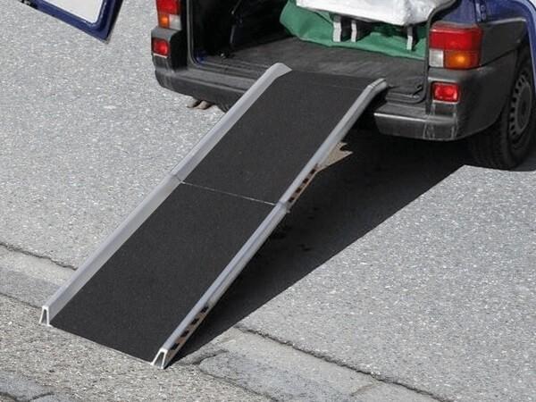 Mithilfe der AWR können Lasten (wie Cases mit kleinen Rollen) problemlos verladen werden. In der Abbildung ist die Ausführung mit Antirutschbelag zu sehen.