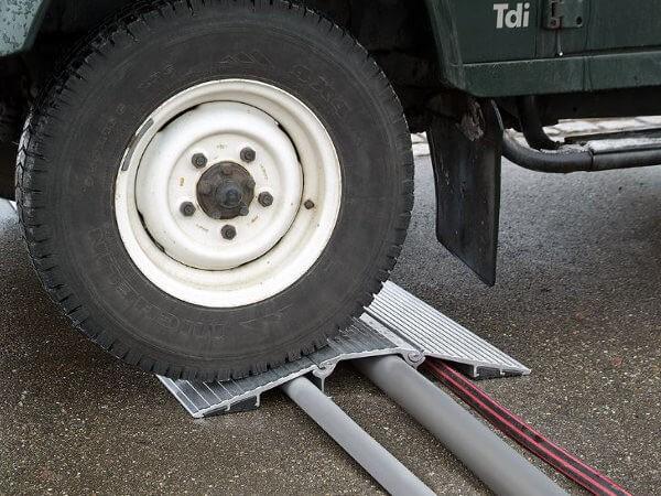 Mithilfe der Schlauchbrücke können Fahrzeuge mit mehreren Tonnen problemlos Schläuche und Kabel überfahren.