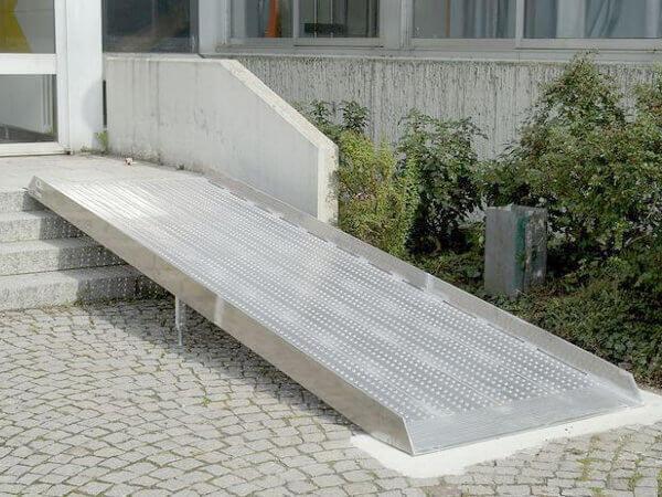 rollstuhlrampe-hauseingang-und-treppe-auffahrrampe-fuer-rollstuhl