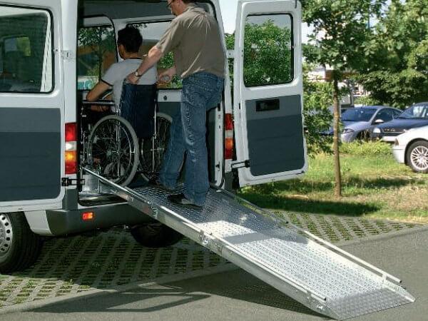 Einbaurampe als Rollstuhlrampe zur Personenbeförderung.