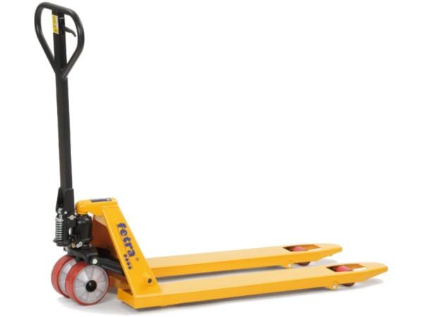 Der praktische Gabelhubwagen kann schwere Lasten bis 2.000 kg problemlos von A nach B transportieren.