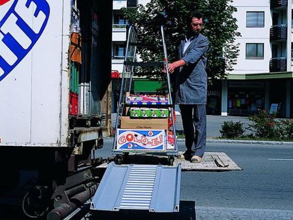 Dank der Ladebordwandrampe können schwere Lasten sicher und schnell von der Ladebordwand abtransportiert werden.