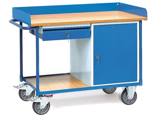 Der Werkstattwagen ist mit einer Schublade und ein Schrankfach ausgestattet.