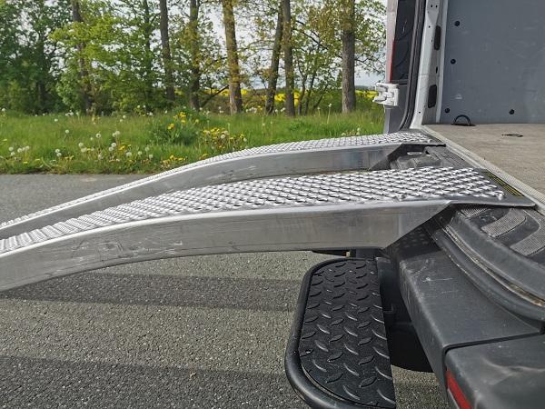 auffahrrampe-mit-10-cm-langen-auflager-zum-anlegen-am-transporter-oder-anhaenger
