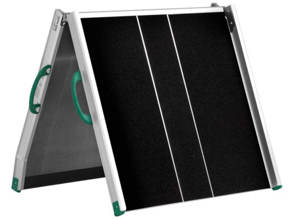 Die klappbare Auffahrrampe eignet sich optimal wenn bei Nichtgebrauch Platz eingespart werden möchte.