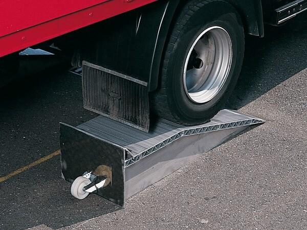 Mithilfe der Auffahrkeile können kleine Höhendifferenzen bis zu 390 mm problemlos ausgeglichen werden. Die robusten Alu-Keile haben eine Tragkraft bis zu 12.000 kg pro Paar.