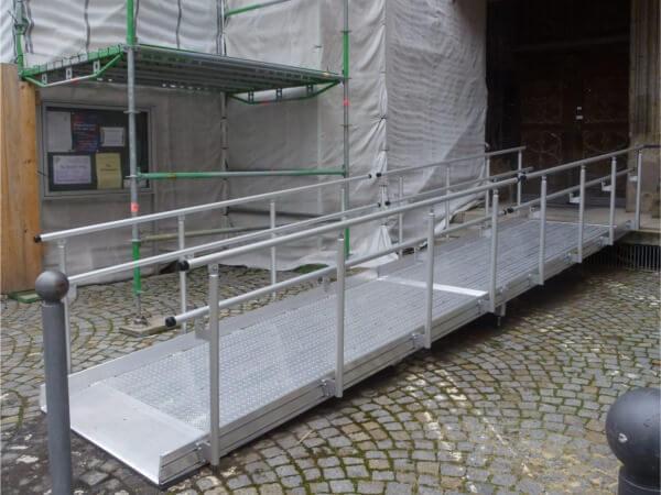 Das beidseitige Geländer ist besonders für Rollstuhlrampen im öffentlichen Bereich eine Pflicht.