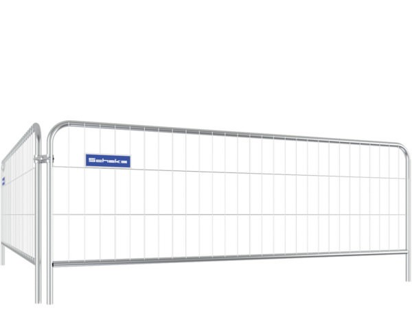 Der mobile Absperrzaun besitzt eine Höhe von 1,2m und wiegt circa 10 kg.