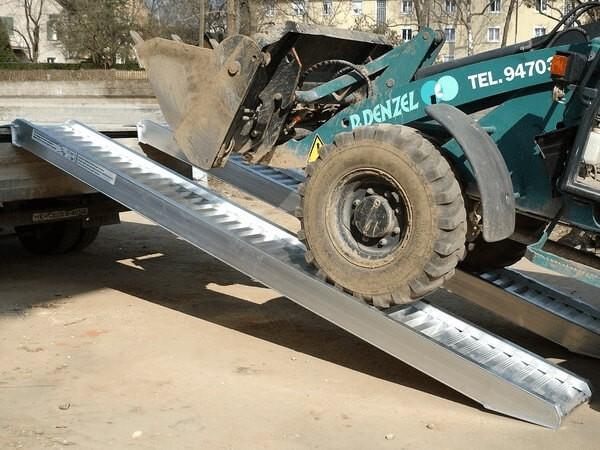 Die AVS 200 Auffahrschienen sind optimal für jegliche XXL-Baumaschinen. Schwere Bagger, Radlader oder Traktoren können problemlos verladen werden.