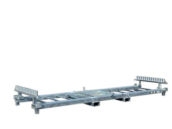 Praktische Kombipalette von Schake zum Transport und der Lagerung von Bauzaunelementen und Bauzaunfuessen.