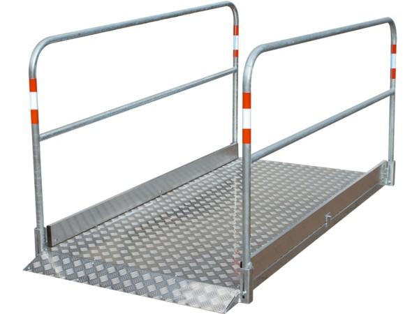 Die robuste Grabenbrücke besteht aus einer Kombination von Stahl und Aluminium.